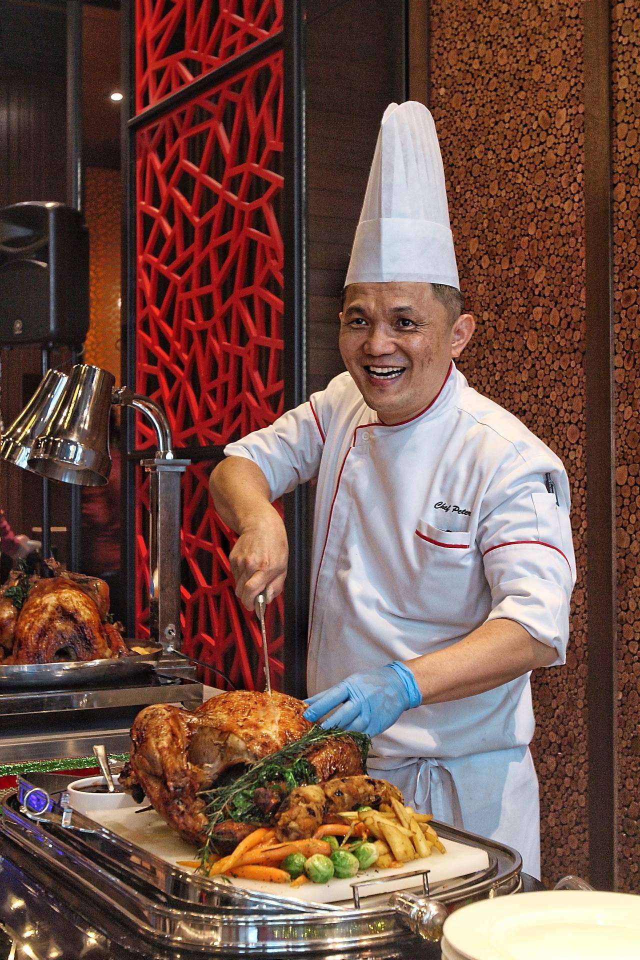 Lee carving up the roast turkey. — Photos: SAM THAM/The Star