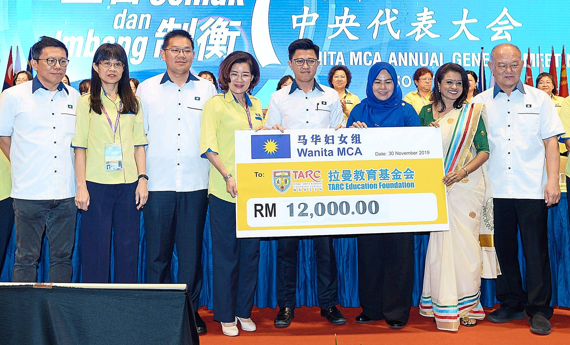 All smiles: Heng (fourth left) presenting a mock cheque of RM12,000 collected from Wanita's pre-AGM dinner and fundraiser to Chong (fifth left). Looking on are Wanita Umno chief Datuk Dr Noraini Ahmad, Wanita MIC chief J. Usha Nandhini and other guests during the 44th Wanita MCA annual general meeting at Wisma MCA in Kuala Lumpur.