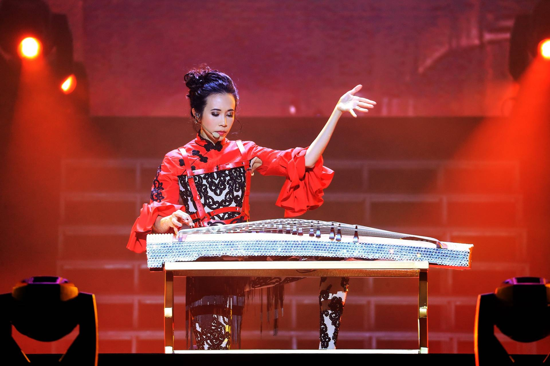 Mok's multiple talents were on display, including her gu zheng-playing skills.