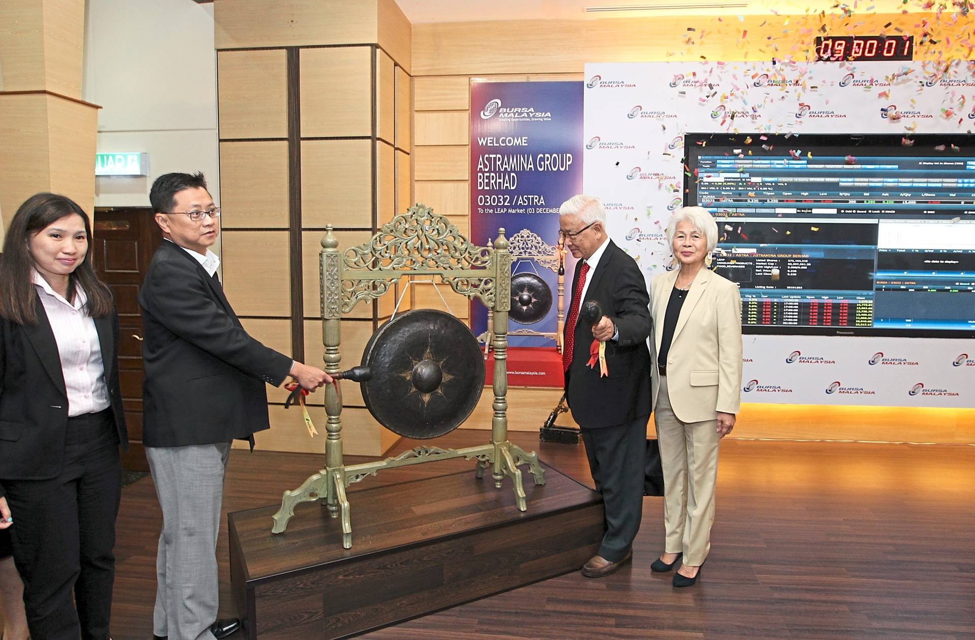 Astramina Group Bhd non independent non executive chairman, Tan Sri Wong See Wah with group managing director, Datuk Foo Chi Ching hits the gong during the listing ceremony on the LEAP Market at Bursa Malaysia. Beside Foo is finance and administration manager Kuan Yen Tuo.