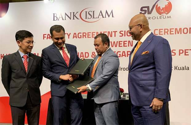 Bank Islam commercial banking head Ahmad Haliman Abdul Halim (second from left) exchanging the agreement with Setegap Ventures Petroleum CEO Mohd Shahrin Saad (second from right). Looking on are Bank Islam CEO Mohd Muazzam Mohamed (left) and Setegap Ventures Petroleum chairman Datuk Nasri Nasrun (right).