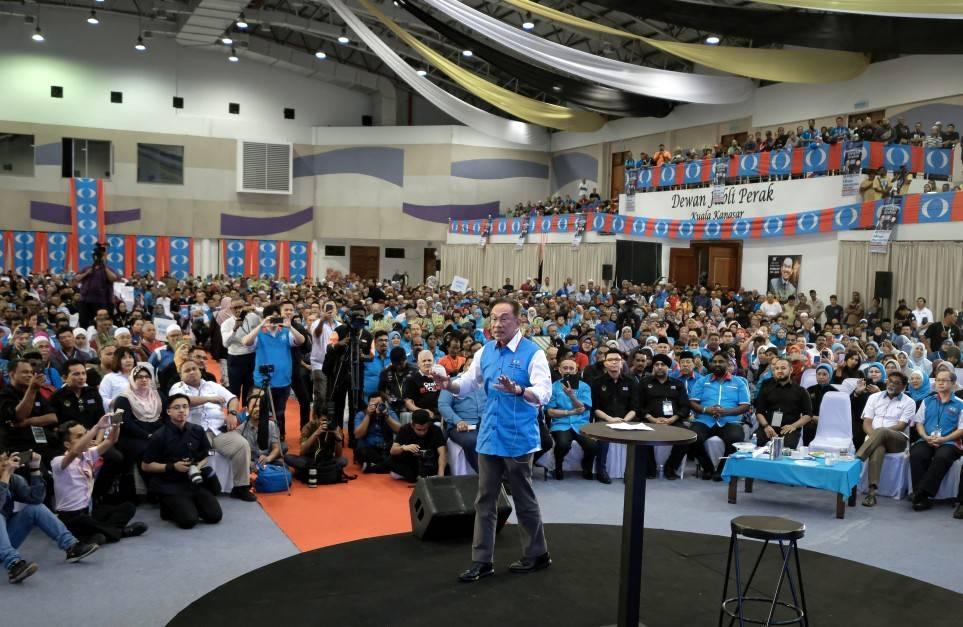 Anwar speaking at the Perak PKR convention in Kuala Kangsar on Dec 3, 2019. – Bernama