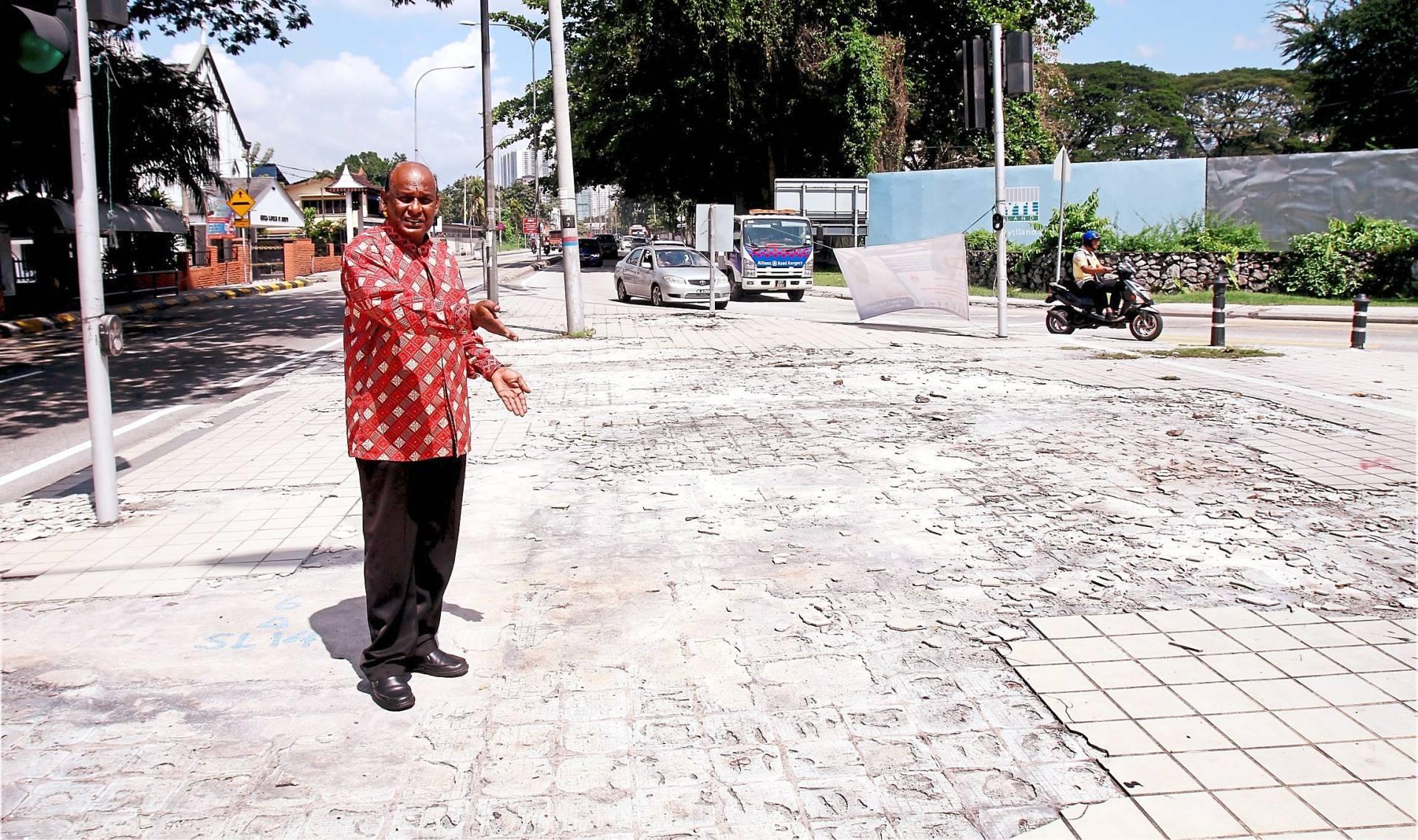 Panjamorthy suggests a tidal-flow system for Jalan Sentul traffic through minimal modification to the divider at the Jalan Sentul-Jalan Amra junction.