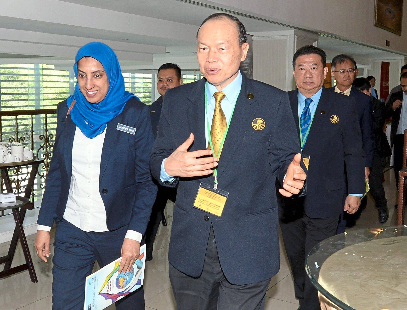 Top Glove Corporation Bhd executive chairman Tan Sri Dr Lim Wee Chai (right), who is also the immediate past president of the Federation of Malaysian Manufacturers, sharing a light moment with the Malaysian Anti-Corruption Commission chief commissioner Latheefa Koya (left) after she officiated the Seminar on Business Ethics and Integrity.(04/12/2019/S.S.KANESAN/The Star)