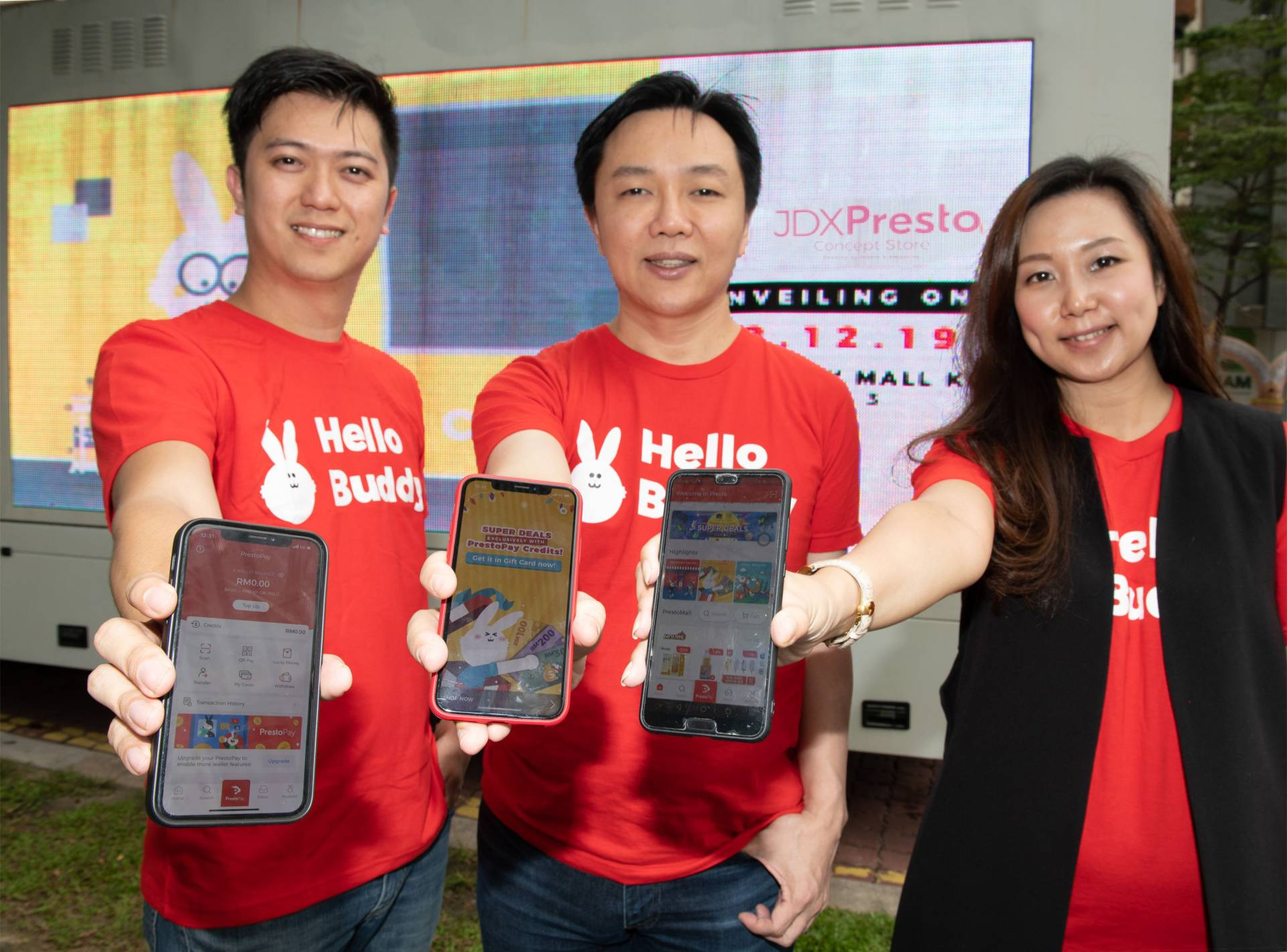 (From left) Smuzcity founder Kent Lee, PUC Berhad Group chief executive officer Cheong Chia Chou, Smuzcity chief operating officer Tai Yhee Phei during the JDX Presto Concept Store Roadshow.
