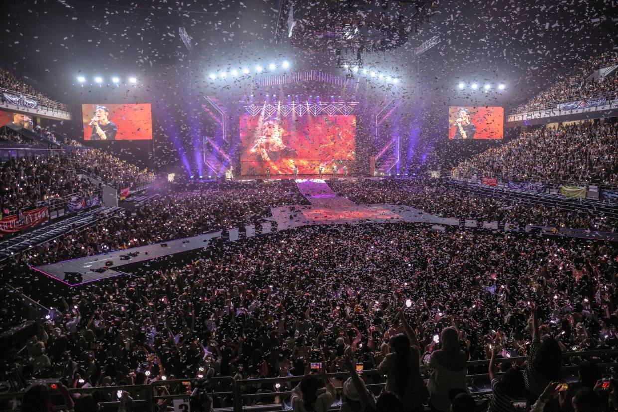 Ten thousand fans showed up for EXO's latest show in Malaysia. - Star Planet