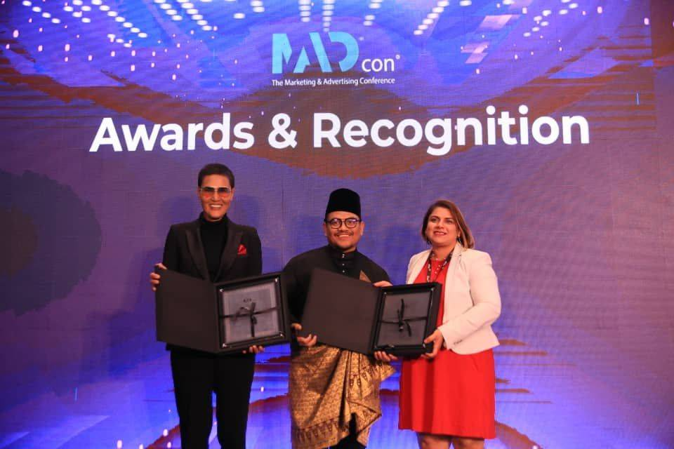 Azizan Osman (middle), recipient of the Top 50 Marketing and Advertising Leaders, and Jerry Rizal (left), Co-Founder for Richworks International Sdn Bhd, recipient of the Top 100 Marketing and Advertising Companies receiving the awards from Ruchi Dana.