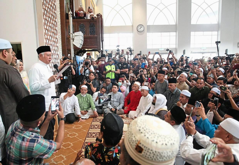 Solemn moment: Najib making the'sumpah laknat'at Masjid Jamek Kampung Baru after the Friday prayers.