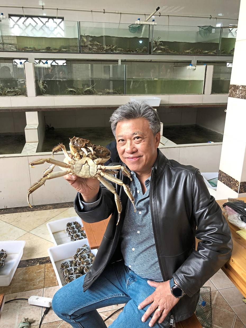 The writer temporarily put aside all worries of cholesterol content to eat some delicious crabs from the Yangcheng Lake. Photo: Florence Teh