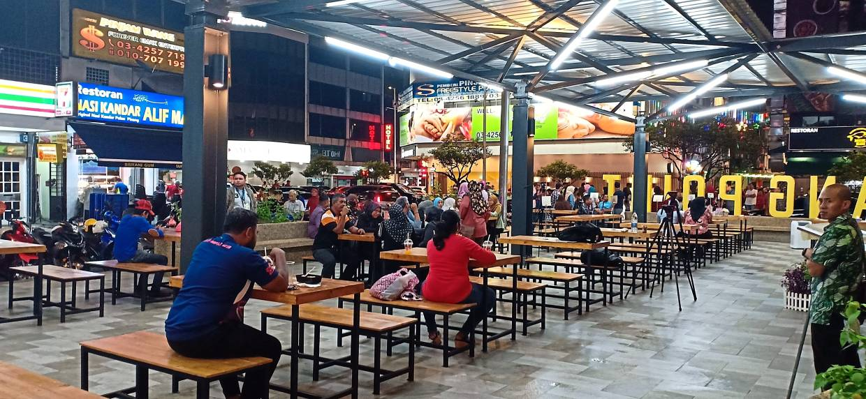 Visitors to Laman Santai Ampang Point can buy food and beverages from nearby food trucks and eat at the communal space provided.  —Photos: SS KANESAN/The Star