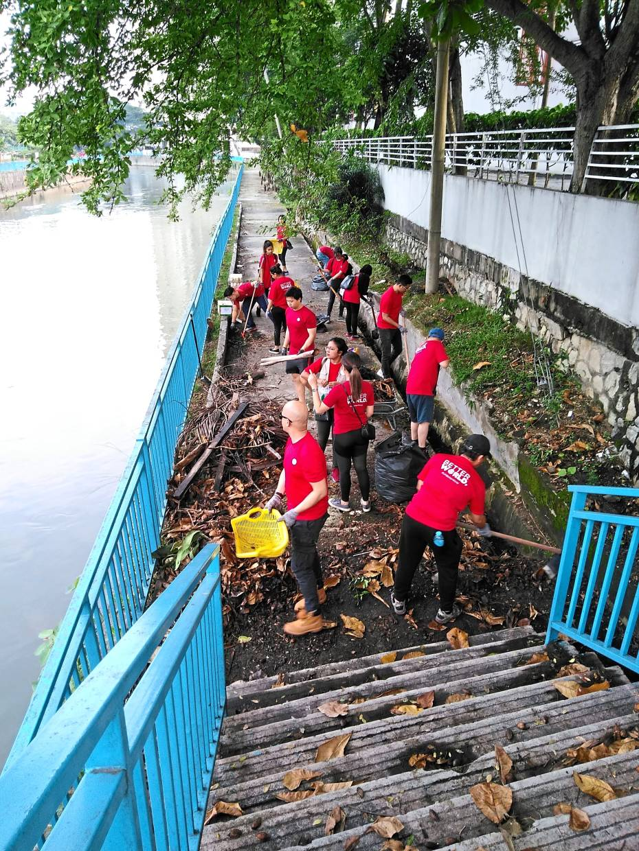 Kampung Kasipillay volunteers helping to clean Sungai Batu.