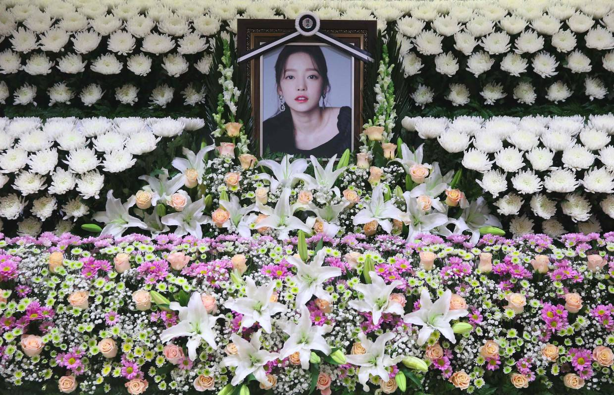 Portrait of late K-pop star Goo Hara, surrounded by flowers at a memorial altar at a hospital in Seoul. Photo: AFP