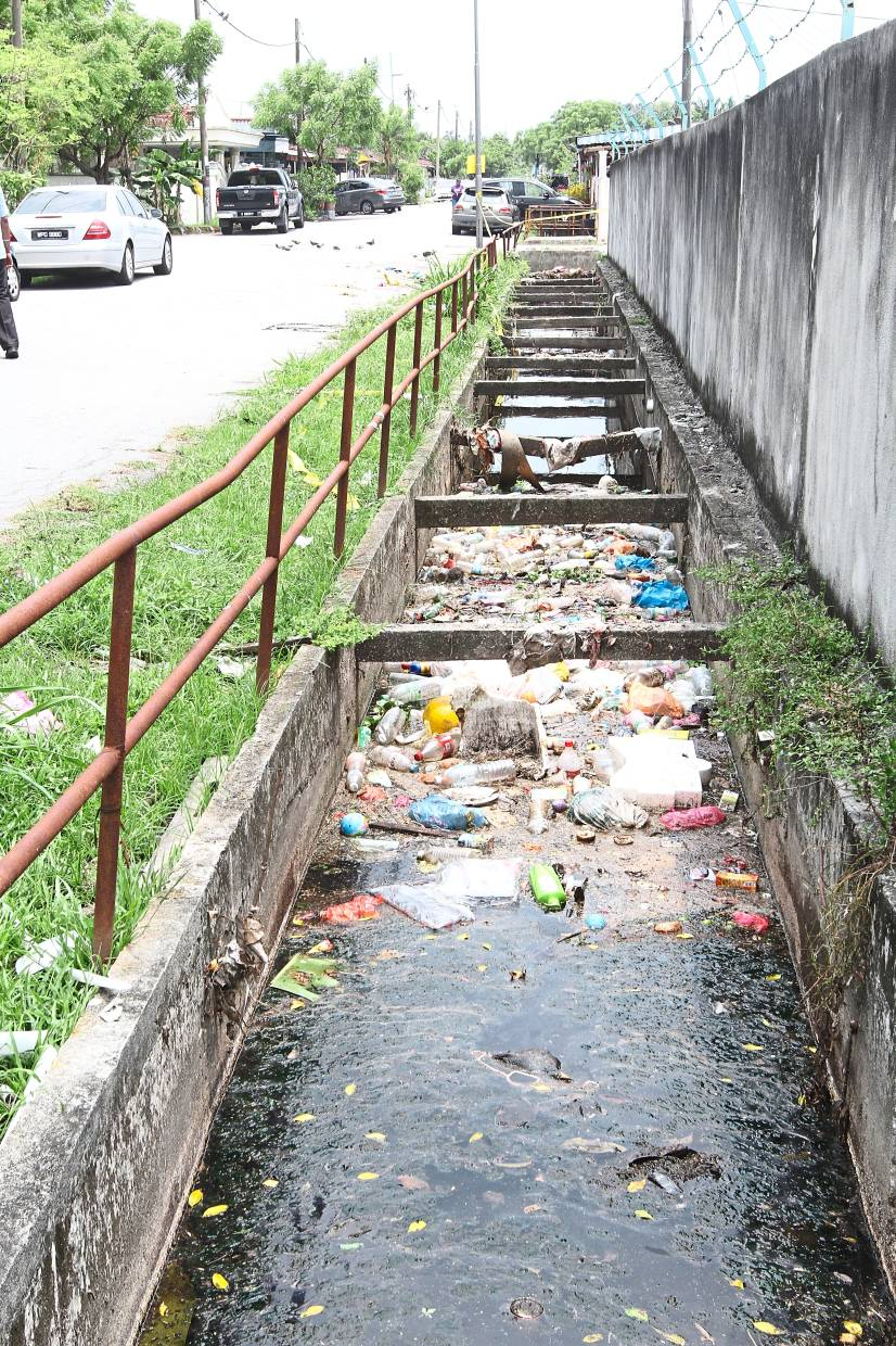 Rubbish clogging monsoon drains in Klang. Residents want the contractors appointed by MPK to do their jobs properly. — Filepic