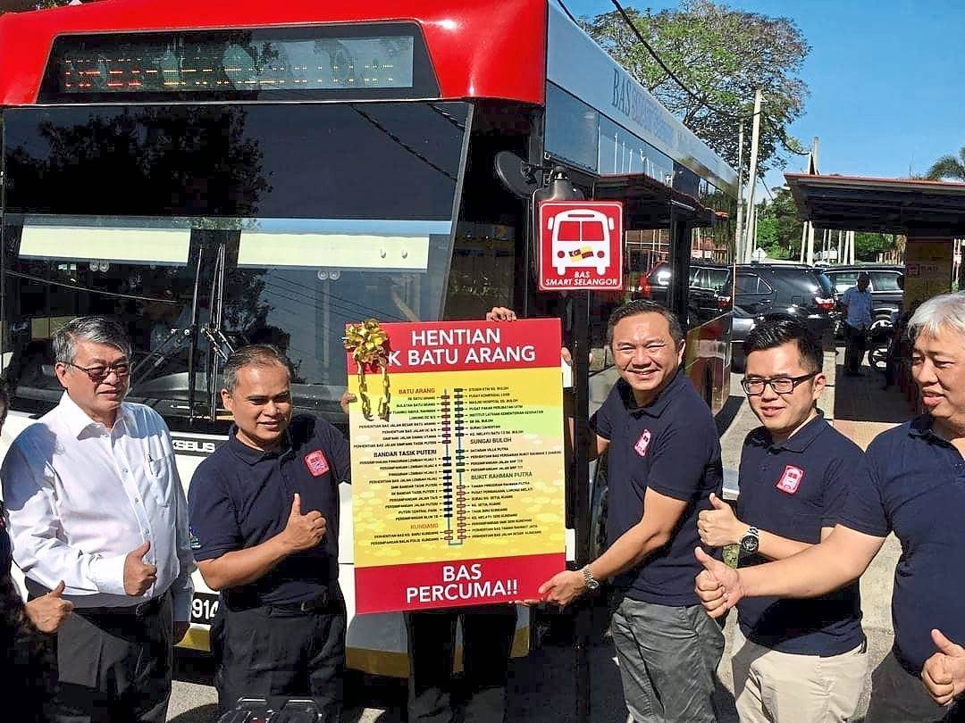 (From left) Selayang MP William Leong, Shamsul, state local government, public transport and new village development committee chairman Ng Sze Han, Chua and MPS councillor U Chin Ong at the launch of the Smart Selangor bus route. — Filepic