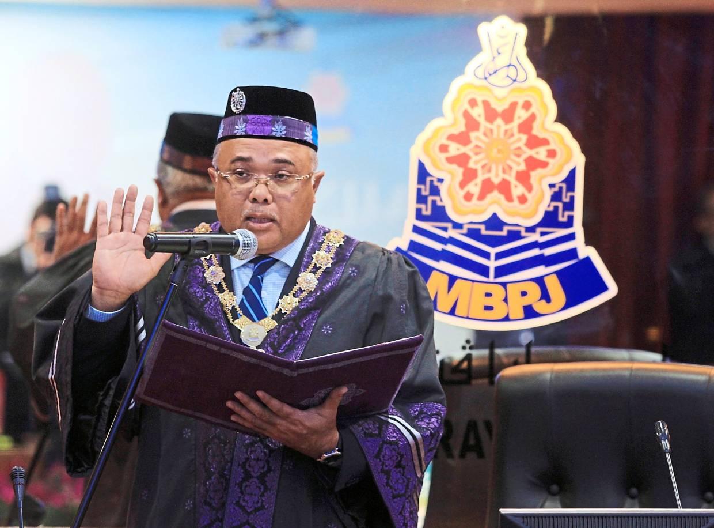 Mohd Sayuthi swearing in as Petaling Jaya's fifth mayor.