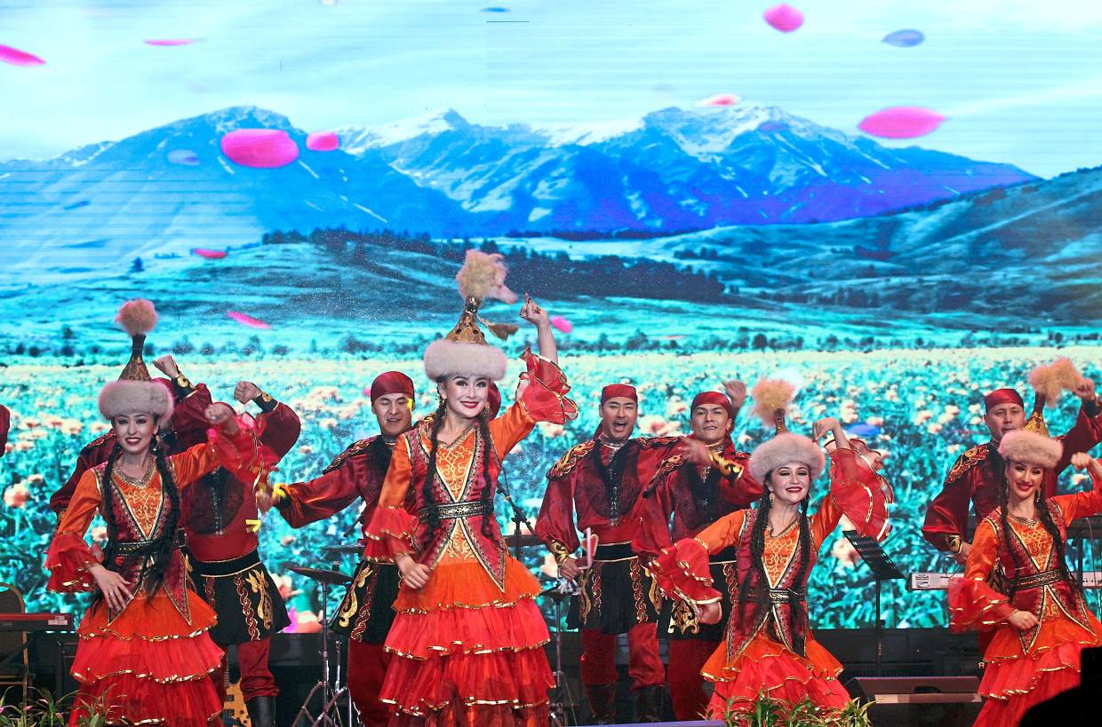 A mesmerising performance by Xinjiang Song and Dance Ensemble of Art Theatre.