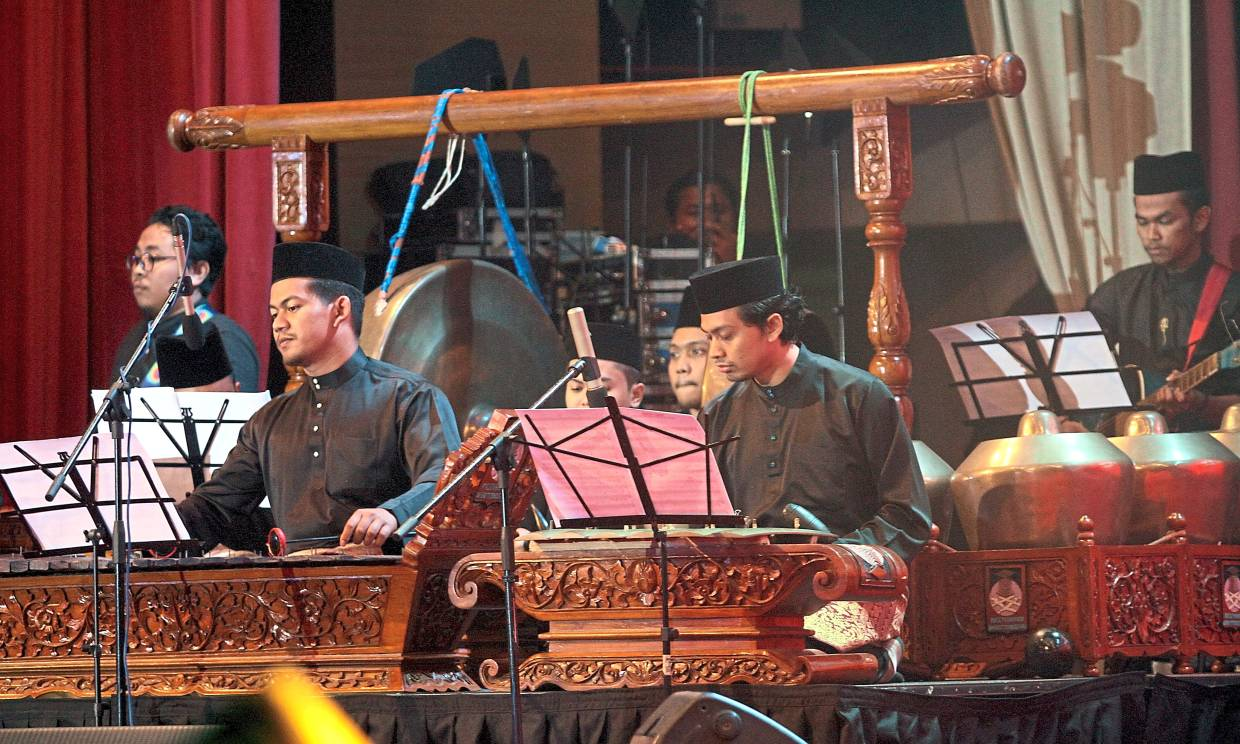 UiTM students showcasing Malay music during the concert.