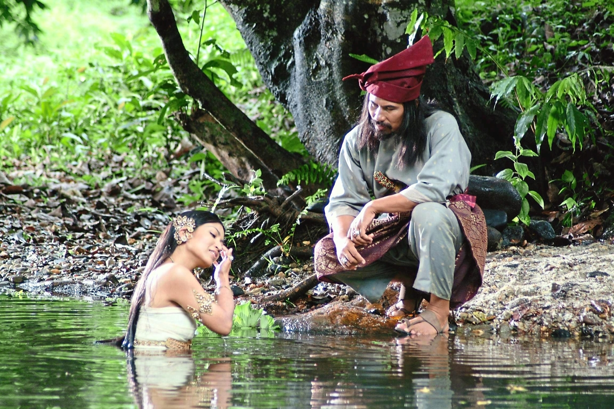Besides singing and writing music, M. Nasir also acts. In the film 'Puteri Gunung Ledang', he played Hang Tuah.