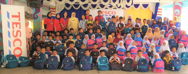 Students and teachers of SK Banggu in Kelantan posing with their BTS.