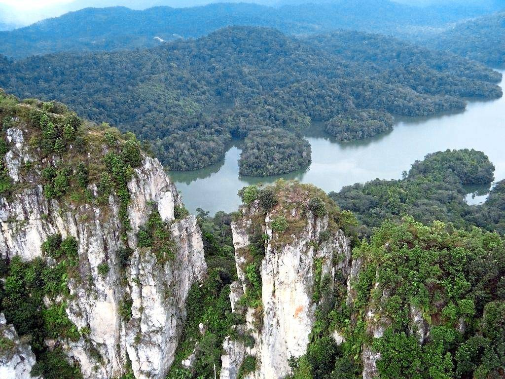 The Gombak Selangor Quartz Ridge is a gigantic vertical rock slab built entirely of quartz mineral in various forms, extended for up to 14km long and 200m wide. It is believed to be the longest pure quartz dyke in the world. — Filepic