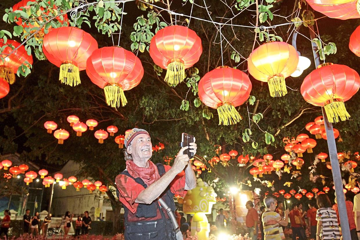 Argentinian writer Braun capturing the beauty of the lit-up red lanterns.