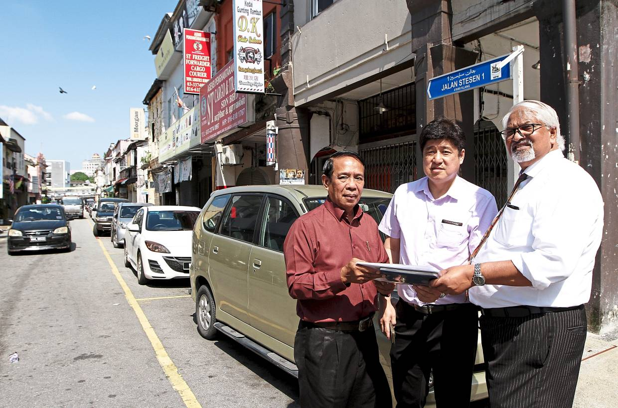 Dr Loo (centre) explaining the weekend market concept to Mohd Nor (left) and committee member VK Vembarasan.