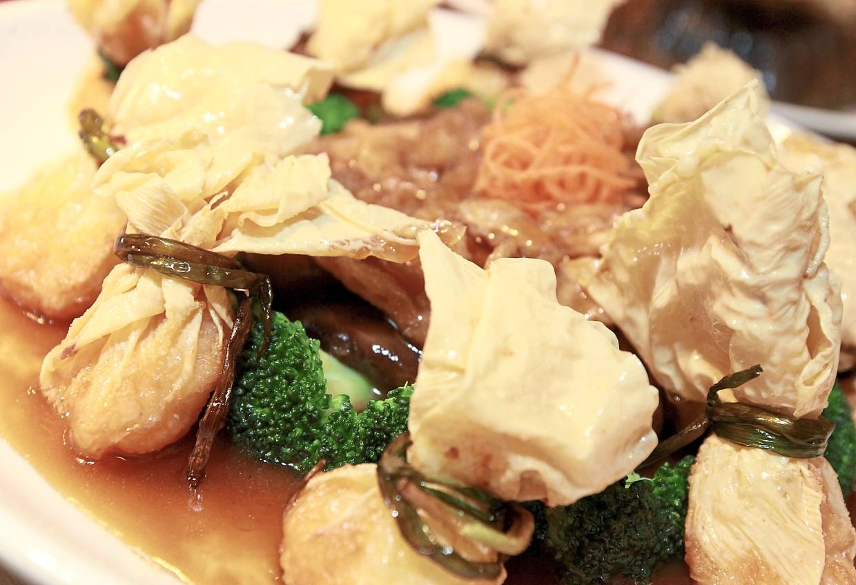 Braised Fish Maw, Mushroom and Bean Curd with Money Bag.