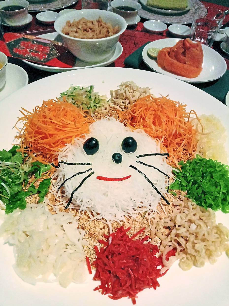 The cute yee sang arranged in the shape of a smiling mouse.