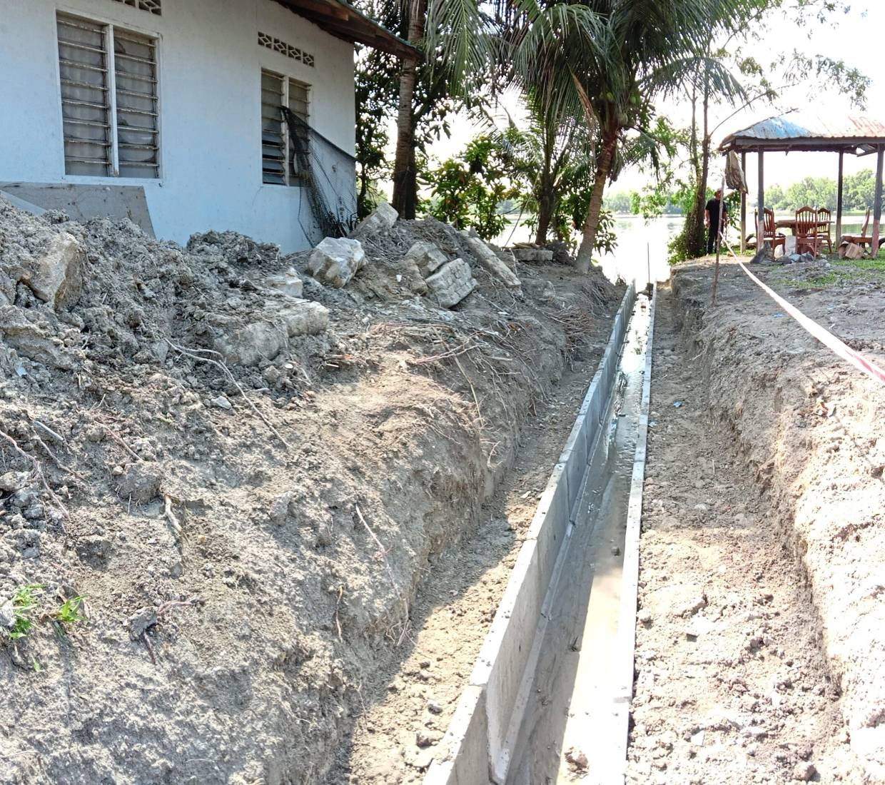 The construction of a U-shaped drain system measuring 400m is taking place in Kampung Melayu Seri Kundang.
