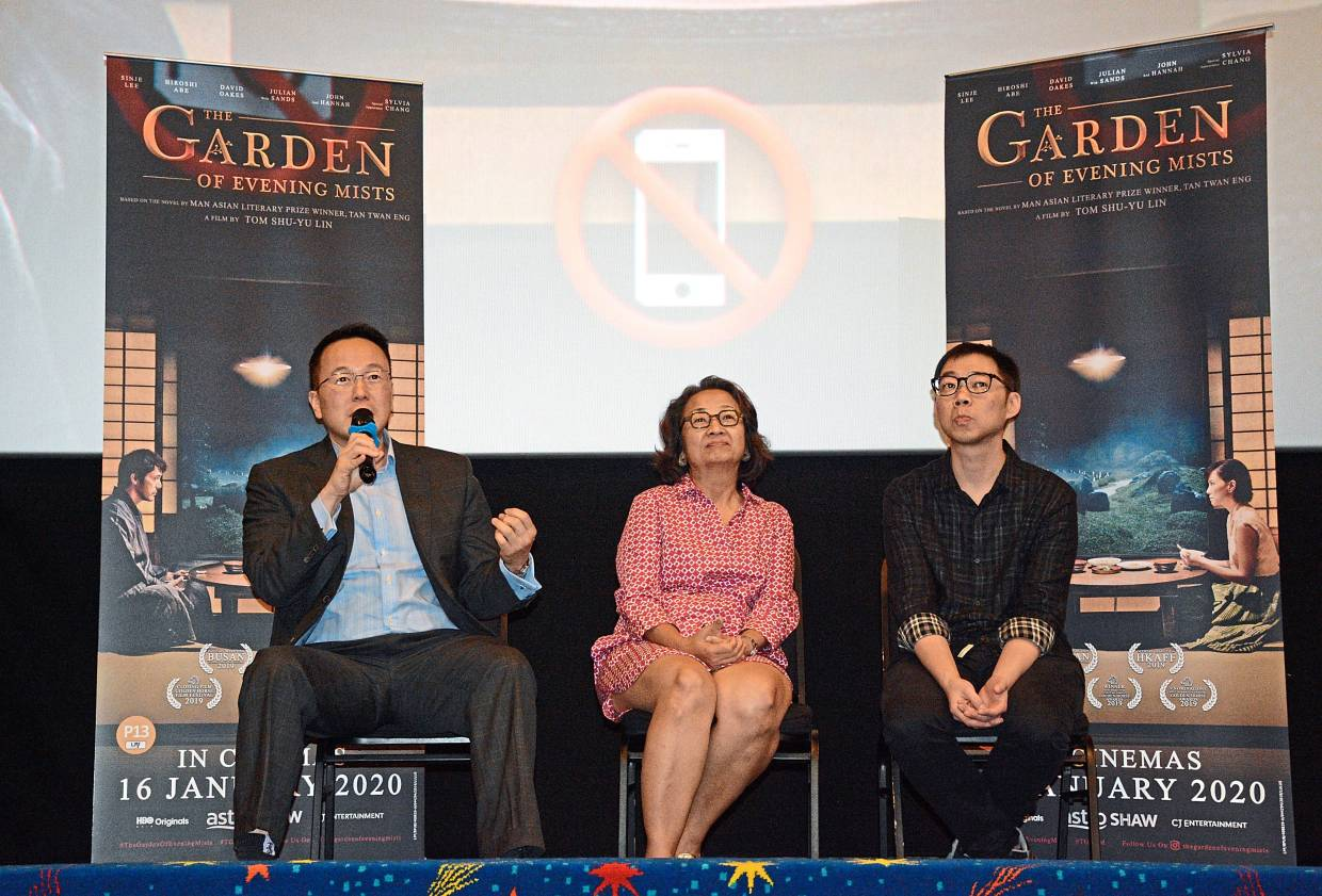 Tan (left) answering questions from the audience. With him are Tom (right) and event facilitator Ooi Geok Ling.
