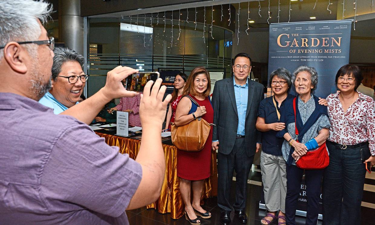 Tan (left pic, in suit) posing with guests at the special movie screening at GSC Gurney Plaza, Penang.