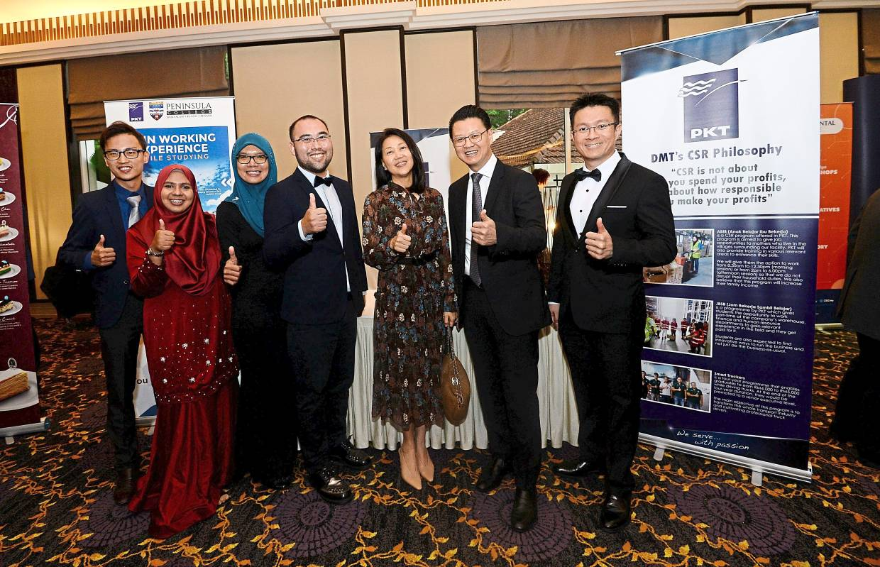 The PKT Logistics Group Sdn Bhd team, headed by group chief executive and managing director Datuk Michael Tio (second from right).