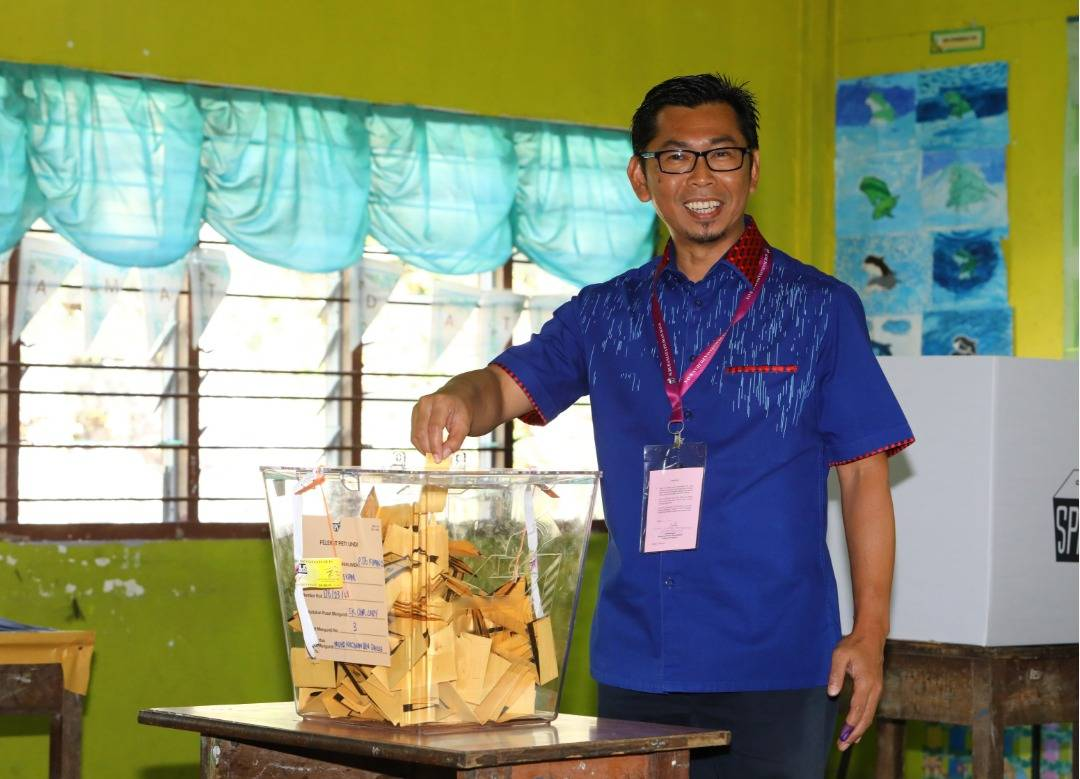 Kimanis polls: Candidates mingle with voters after casting ballots