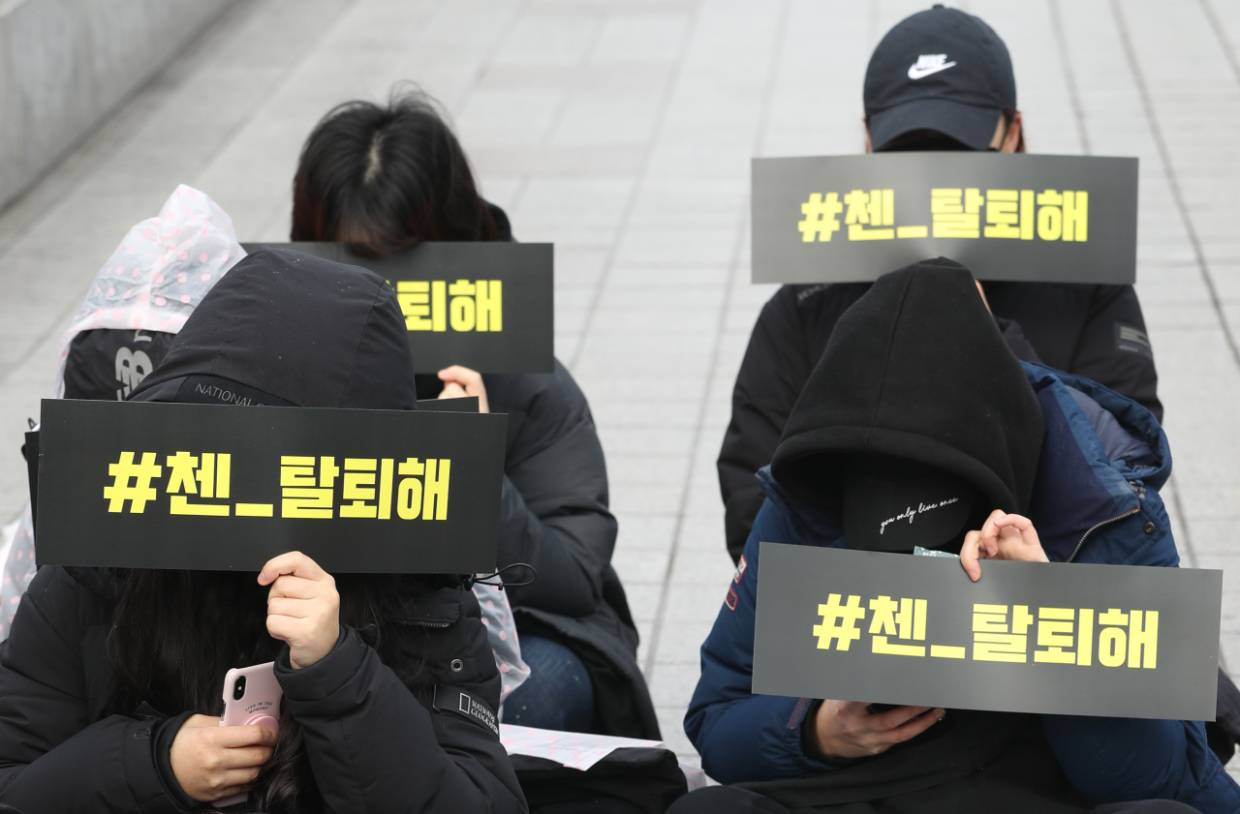 EXO fans stage a silent protest outside the SM Town building at Coex Artium in southern Seoul, Sunday. – Photo: The Korea Herald/Asia News Network