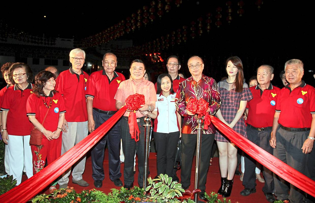 Tang (in pink shirt), Bukit Bintang MP Fong Kui Lun (in batik shirt), and Soo (in dress) with Selangor and Federal Territory Hainan Association committee members at the launch of the temple's Spring Festival 2020 theme and lighting ceremony of its Chinese New Year decorations. — Photos: MUHAMAD SHAHRIL ROSLI/The Star