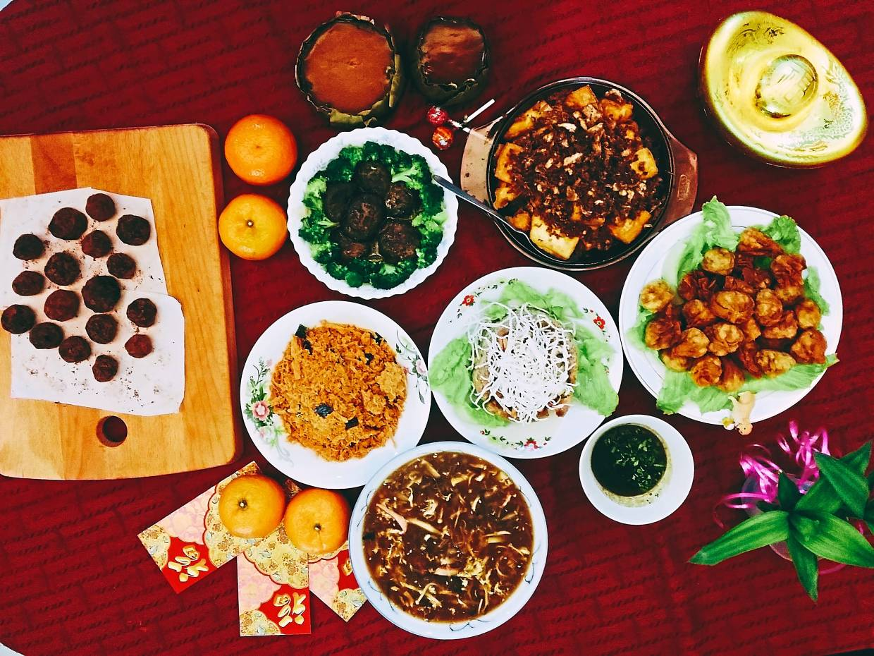The Yap family would prepare a range of vegetarian dishes such as shark's fin soup made of rice vermicelli, fried wantan with vegetable fillings, mushroom and broccoli, nestum prawn, yam basket as well as special homemade tauhu with sauce.