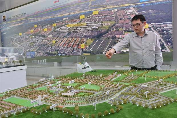 In a filing with Bursa Malaysia, Tambun Indah said the project is envisaged to be a multi-disciplinary medical centre with about 250 beds on a 1.62 hectare at Pearl City Business Park.(File pic shows an official showing a model of Pearl City.)