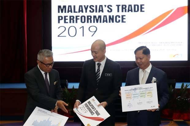 MITI deputy minister Dr.Ong Kian Ming,MATRADE chairman Tan Sri Dr.Halim Mohammad (right) and MATRADE CEO Datuk Wan Latiff Wan Musa posing for a group photo.