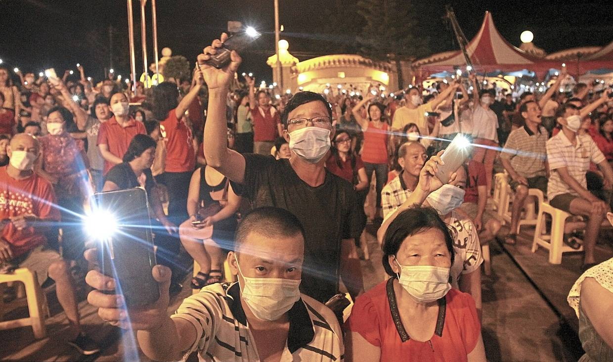 Visitors turning on their cellphone lights to show solidarity with Wuhan.