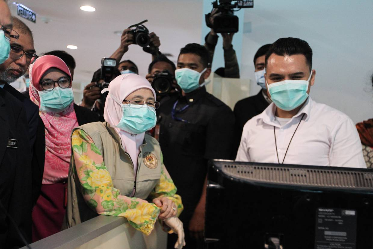 Deputy Prime Minister Datuk Seri Dr Wan Azizah Wan Ismail visiting KLIA2 to check on the country's progress at monitoring and preventing the spread of the novel coronavirus. — MOHD SAHAR MISNI/The Star