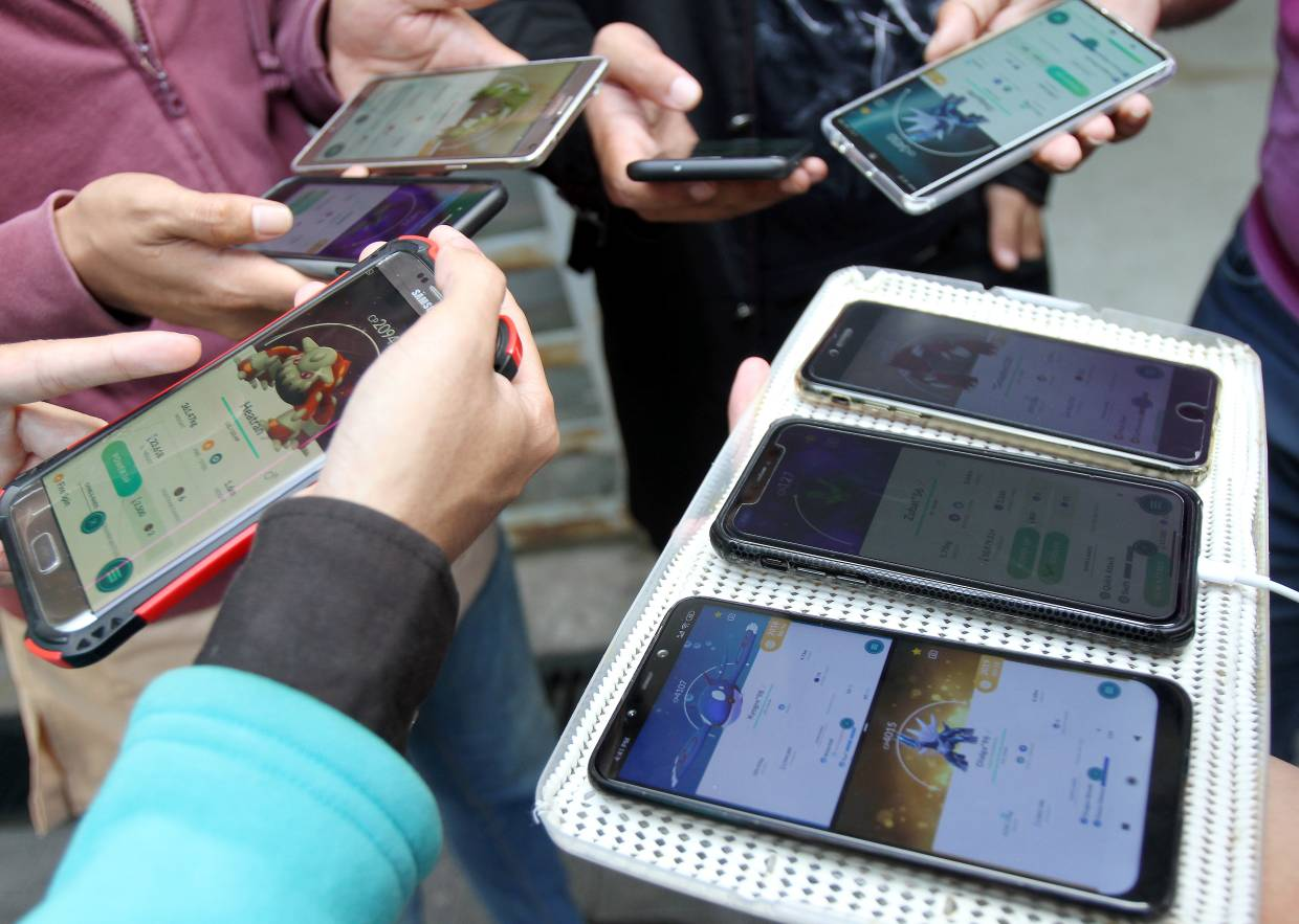 Some gamers have multiple accounts on multiple mobile phones. — MUHAMAD SHAHRIL ROSLI/The Star