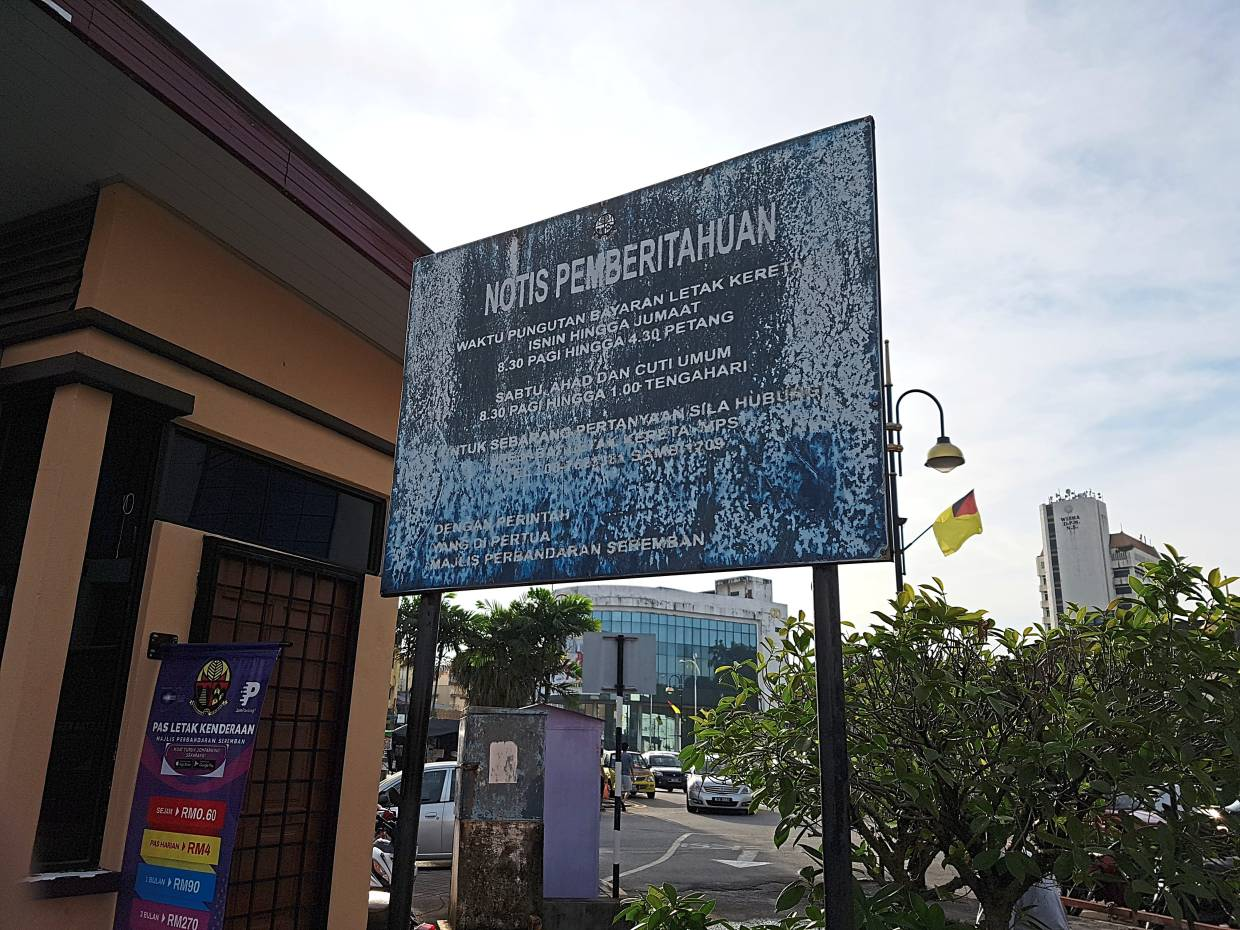 A signboard notifying visitors to the Seremban wet market of the parking charges.