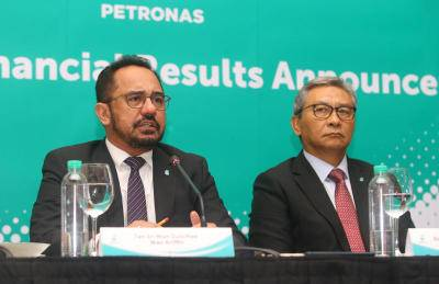 Petronas president and group CEO Tan Sri Wan Zulkiflee Wan Ariffin (left) with Petronas chairman Datuk Ahmad Nizam Salleh during the Petronas Q4 and FY2019 Group Financial Results Announcement yesterday. IZZRAFIQ ALIAS / The Star. February 26, 2020.