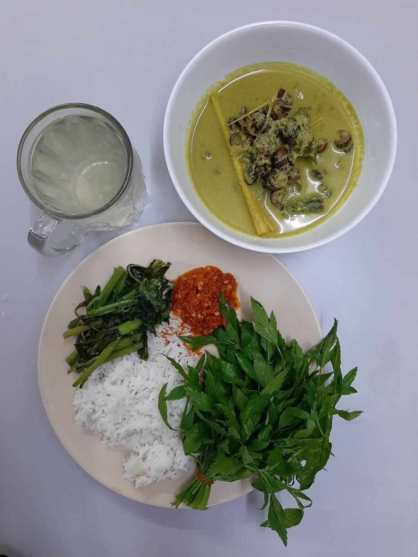 A serving of siput sedut at Kedai Murah Meriah Nasi Campur is paired with sambal belacan, ulam and a nice hot lime juice.