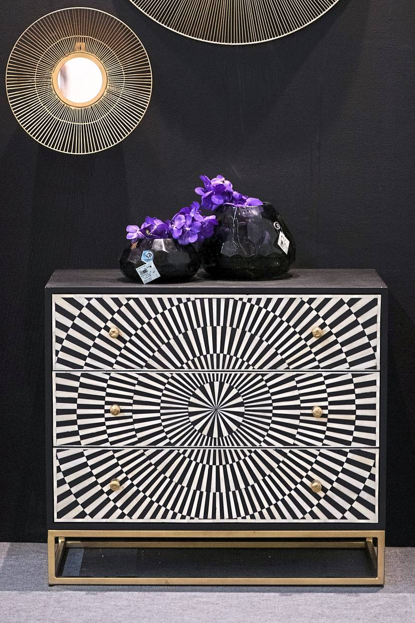 The Hollywood Regency interior style emphasises black and white patterns, mirrored surfaces and above all, gold accents.