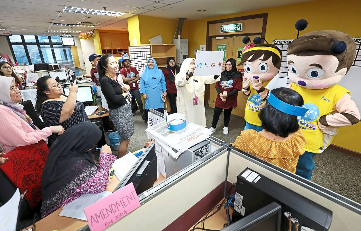 Kuntum crew as well as its  mascots Pintar and Comel engaging Star Media Group employees through a Malay idiom challenge.