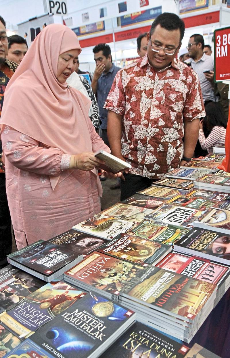 Amirudin and Mastura checking out titles at one of the booths at the Selangor Book Fest 2020. —Photos: LOW LAY PHON/The Star