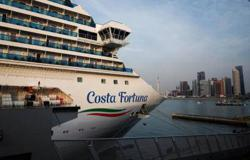 Passengers on Italian cruise ship get off in Singapore