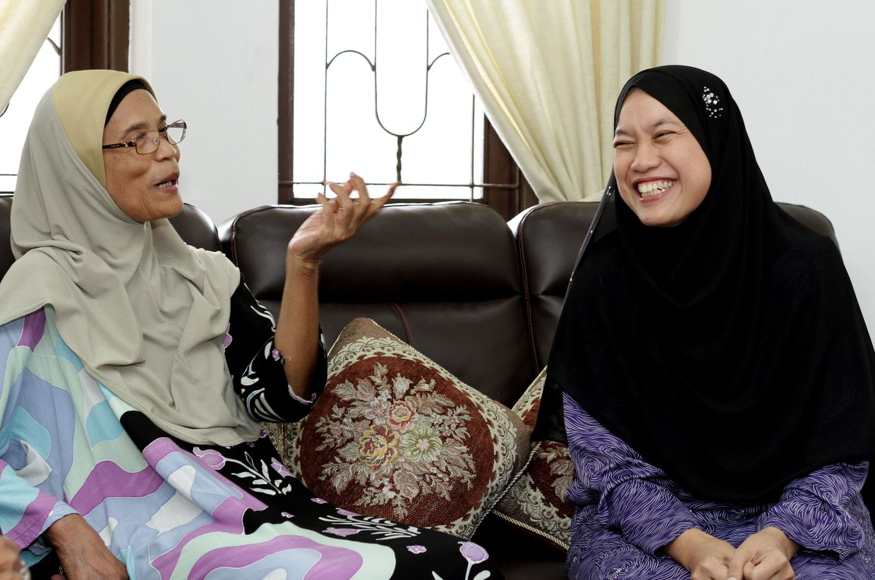 Zainab (right) made Dr Farizah and her siblings draw up timetables to instil discipline in them.