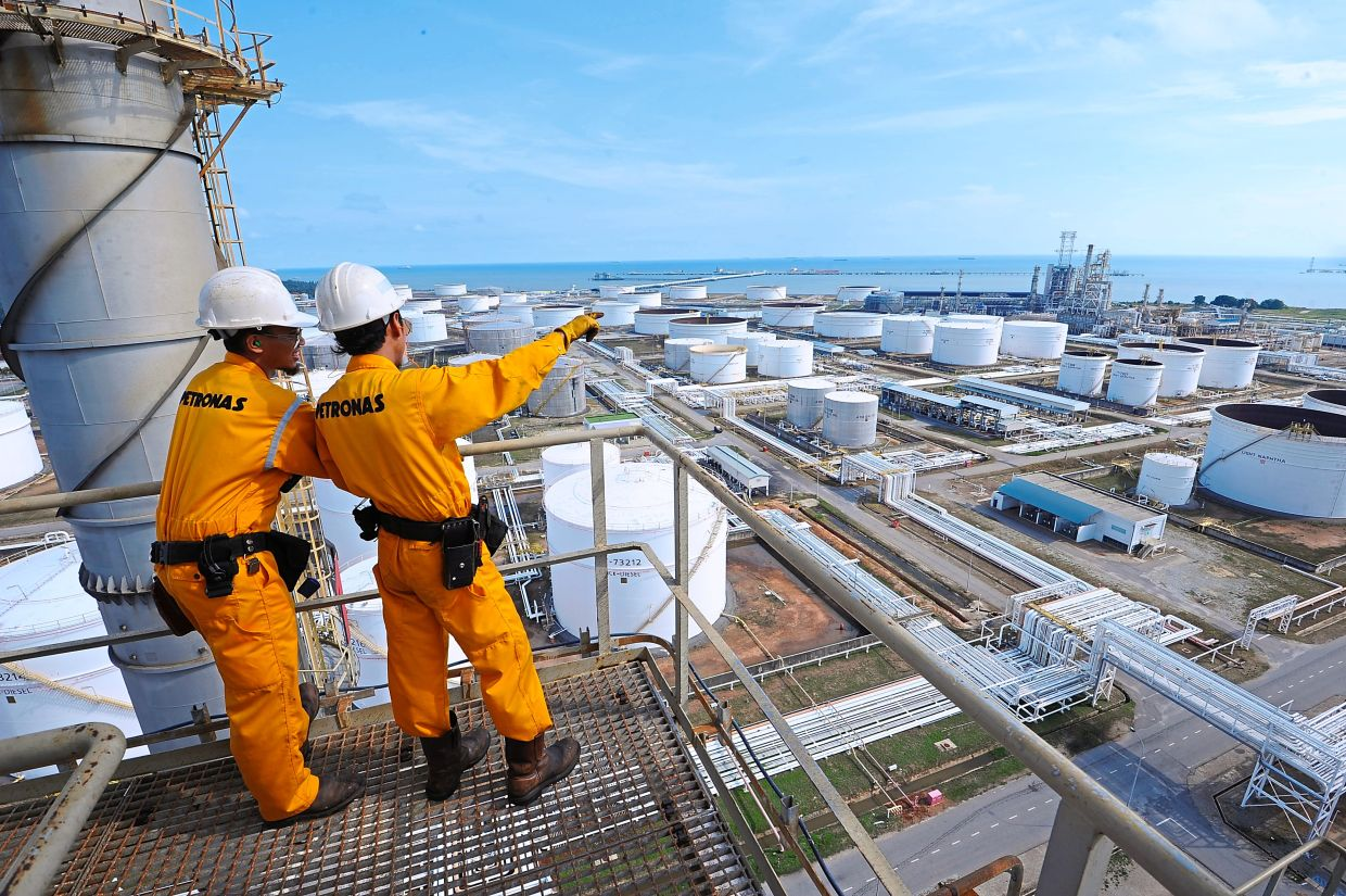 Lower revenue: Crude oil at US$48 per barrel could see Malaysia shave off RM4.5bil from its projected oil revenue.